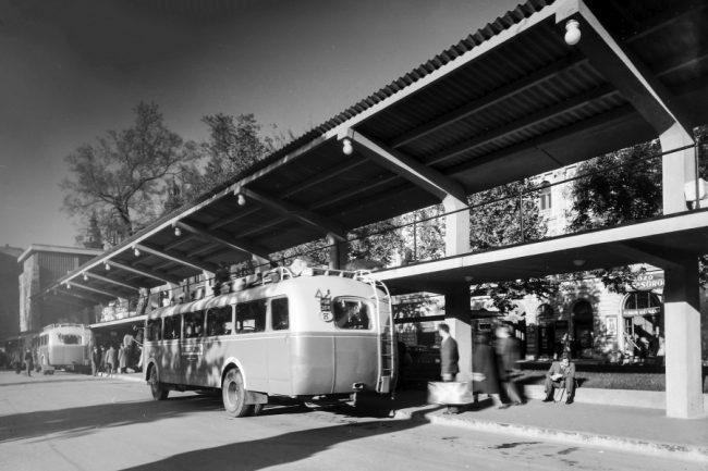 Sztálin téri állomás, háttérben az 1960-as években létesített autóparkoló helyén álló háztömbbel. Fontos részlet a francia Chausson típusú autóbusz hátsó ikerkerekes tengelye: az eredetileg szimplakerekes megoldást három Mávaut-dolgozó (Harmati Sándor, Kelecsényi János, Straub Károly) 1948-ban bevezetett újításával alakították át nagyobb teherbírásúvá, ráadásul a speciális méretű import köpenyeket így hazai gyártmányú Cordatic abroncsokkal tudták kiváltani – addig több Chausson gumihiány miatt nem állhatott forgalomba