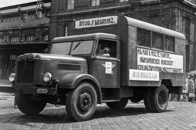 Sokáig nem tudott elegendő mennyiségű buszt gyártani az Ikarus, ezért vidéken Csepel teherautókból átalakított, egyszerű fabódés kocsik szállították a munkásokat, a bányászokat, de a Mávaut-vonalakon az utasokat is. A köznyelv szellemesen fakarusznak hívta ezeket a buszpótló járműveket, melyek utódjai elsősorban a székesfehérvári Általános Mechanikai Gépgyár (ÁMG, 1963-tól Ikarus gyáregység) munkásszállító kisbuszai lettek, majd az Ikarus 200-as sorozat megszületésével az IFA-alapra épült 211-es típus