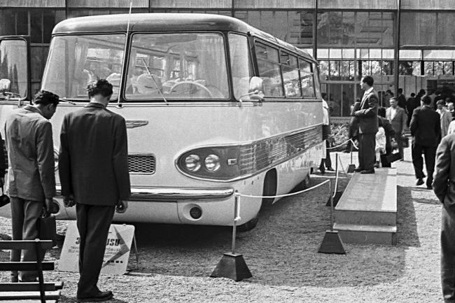 """Finta László tervezésű Ikarus 303 (1959) prototípus a Budapesti Ipari Vásáron. Ez volt az első magyar autóbusz biztonsági kormányoszloppal és borulókerettel, a komfortot légrugózás fokozta. A Járműfejlesztési Intézet (JÁFI) 120 LE-s, V6-os (!) motort tervezett hozzá (jelzése: K-625), de a projekt hamar kifulladt. Csupán kilenc 303-as készült, a """"sorozati"""" kocsik három helyett négy oldalüveggel és a tetőívbe tett panorámaablakok nélkül jöttek ki a gyárból, erőforrásukként négyhengeres Csepel D-414 (95 LE) szolgált"""