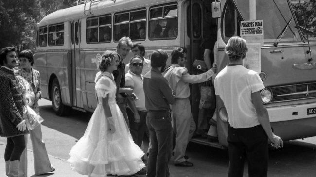 Mennyasszonyi menet Volánbusszal - nem feltétlenül megrendezett jelenet. A hetvenes években már kalauznélküli járatok is közlekedtek, a megállóhelyi oszlopra tett tábla erre figyelmeztet: Perselyes járat, kérjük, szíveskedjék a 2 Ft-os pénzérmét előkészíteni és a perselybe dobni! A hátsó ajtó előtti létra nem szokatlan, az Ikarus 66 még tetőcsomagtartós volt, bár leginkább pótkereket tettek oda