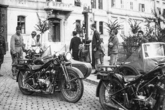 Rex benzinkúton tankolnak a Méray motorkerékpárok a székesfehérvári Vörösmarty téren