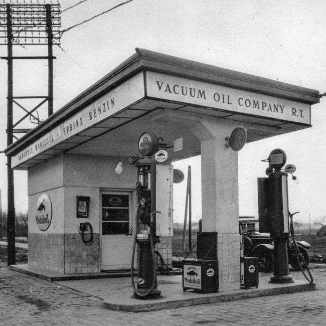 Kétoszlopos Sphinx benzinkút. A Vacuum Oil Company bejegyzett márkája volt a Gargoyle és a Mobiloil