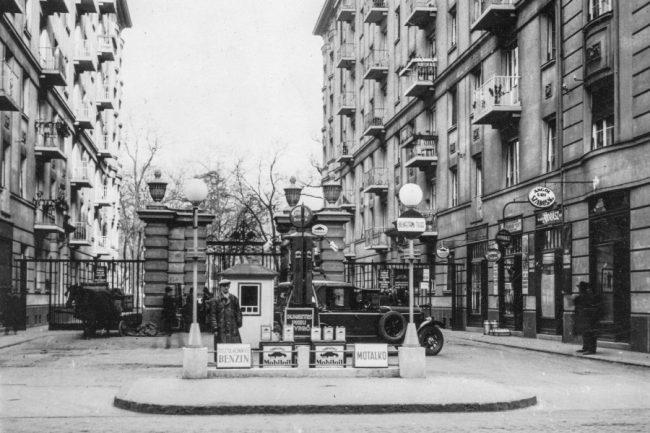 Sphinx benzinkút a VII. kerületi Damjanich utcában – a két épület a díszes kerítéssel együtt ma is megvan