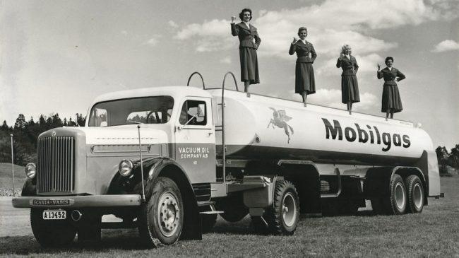 1963-tól Mobilgas, majd Mobil néven él a New Yorkban alapított Vacuum Oil Company – a Scania-Vabis vontató fülkéjén a régi felirat is látható